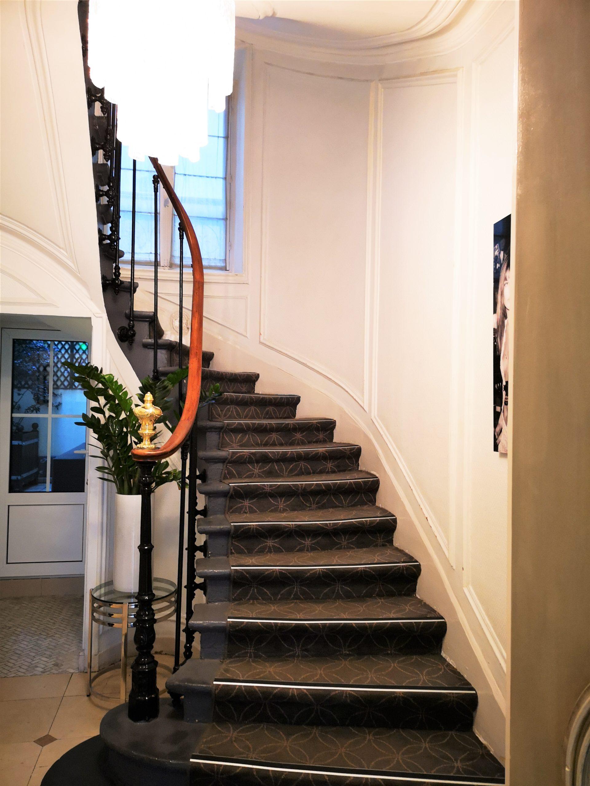 Escalier lobby - hôtel magda champs-élysées